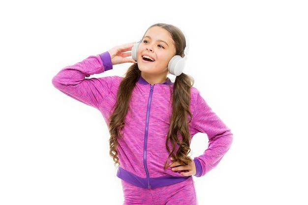 Miłośnik muzyki wokalnej. wysportowane dziecko trenujące wokal po treningu. małe dziecko robi wokal w piosence. mała dziewczynka słucha i śpiewa melodię wokalną.