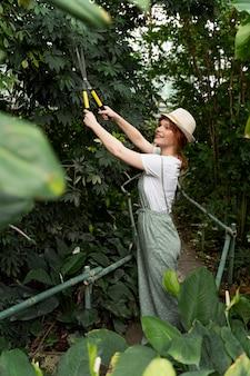 Miłośnik przyrody pracujący w szklarni