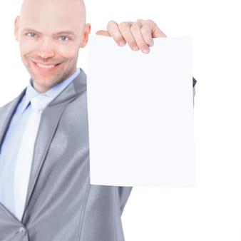 Miły biznesmen trzyma biały plakat na białym tle