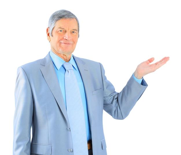Miły biznesmen w tym wieku, sterczący przed dłonią. na białym tle na białym tle.