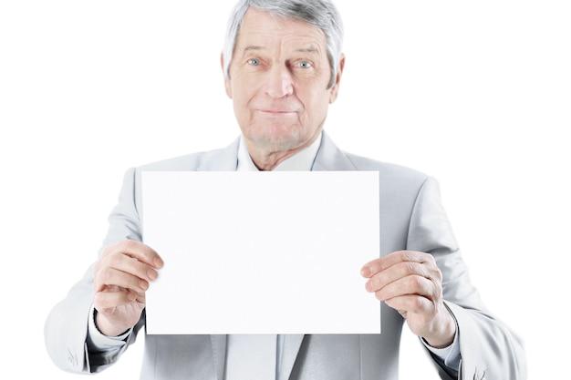 Miły biznesmen w wieku często trzymający duży biały plakat na białym tle