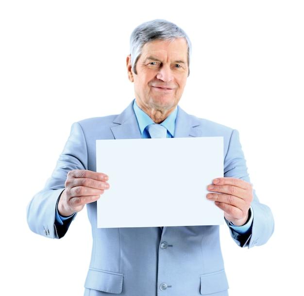 Miły biznesmen w wieku nie trzymający dużego białego plakatu. pojedynczo na białym tle.