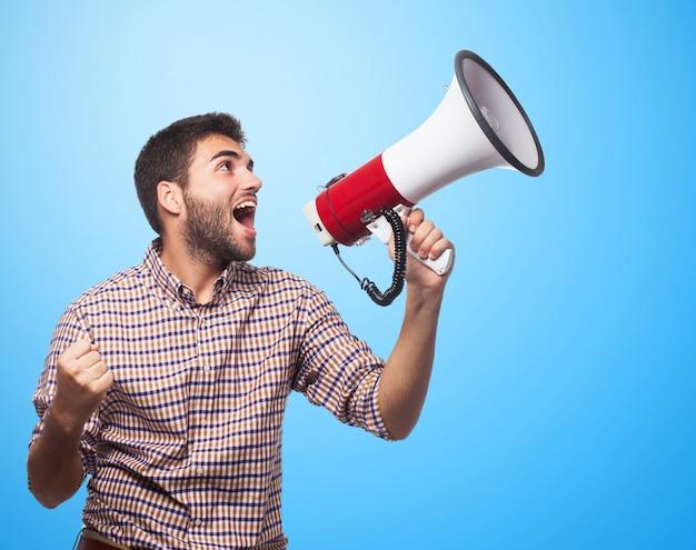 Miły człowiek krzyczy w megafon