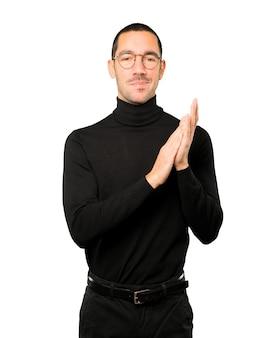 Miły młody człowiek brawa gest