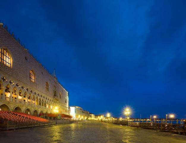Miły wieczór nasyp piazza san marco i widok na pałac dożów (wenecja, włochy). długie ujęcie - wszystkie ludy i logo nie do poznania.