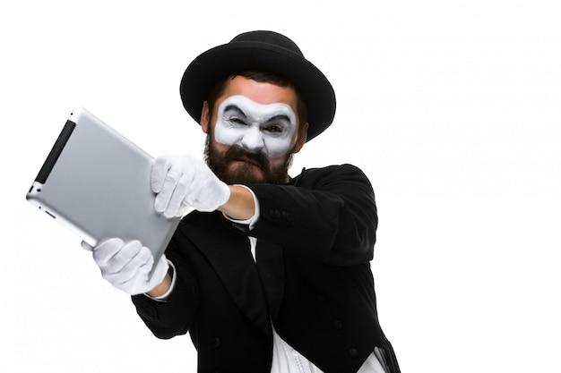 Mim jako biznesmen rzuca komputer w szał.