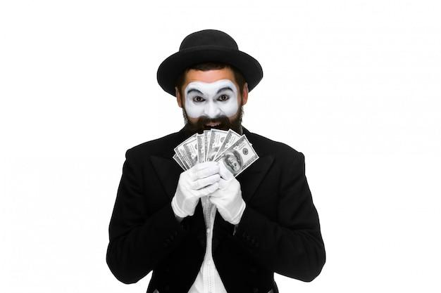 Mime jako biznesmen posiadający banknotów dolarowych