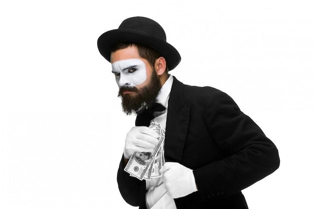 Mime jako biznesmen wkładanie pieniędzy do kieszeni