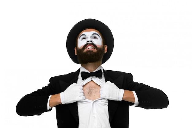 Mime jako biznesmen zrywający koszulę