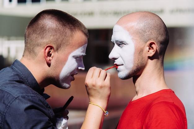 Mime robi makijaż swojemu partnerowi w mieście