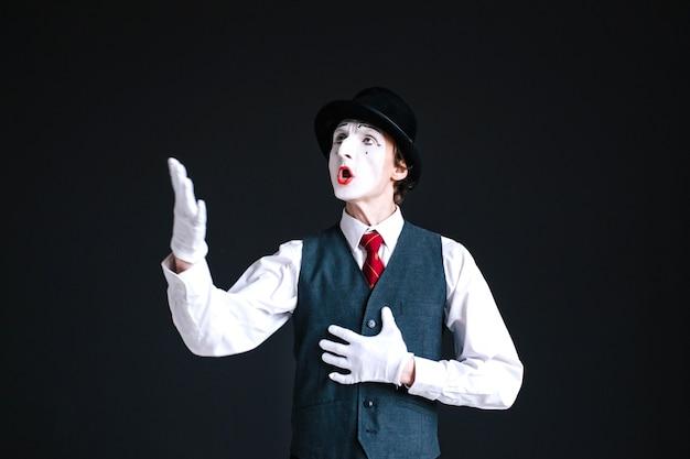 Mime w kolorze czarnym śpiewa piosenkę