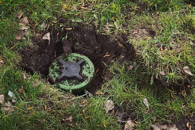 Mina przeciwpiechotna w ziemi. wykop moje. minę przeciwpiechotną. górnictwo. rozminowywanie. pole minowe