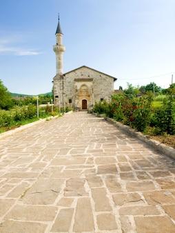 Minaret i budynek meczetu. krym, ukraina
