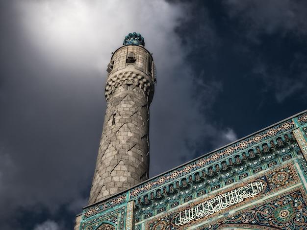 Minaret meczetu na tle dramatycznego nieba.