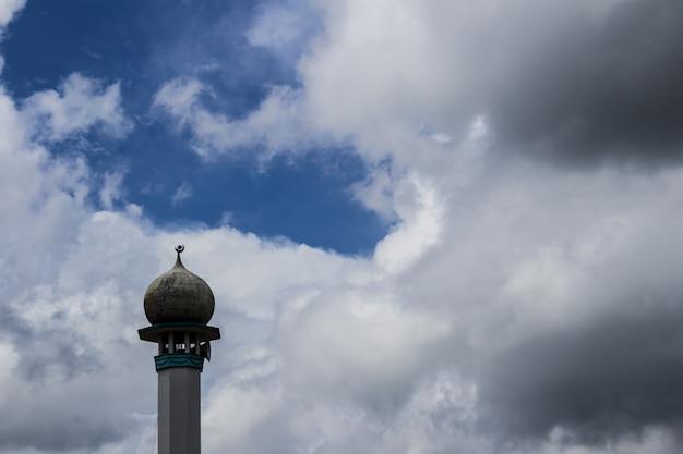 Minaret z chmurami w tle