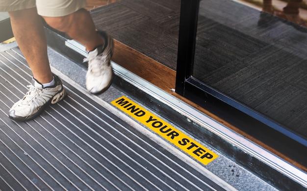 Mind step surface accident przestroga szczelina potknie się