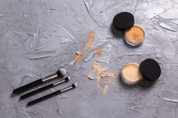 Mineralny puder do twarzy i pędzel. ekologiczne i organiczne kosmetyki.