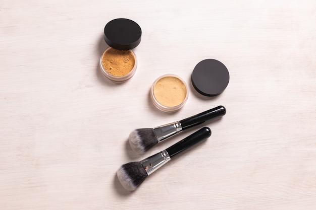 Mineralny puder do twarzy i pędzle. ekologiczne i organiczne produkty kosmetyczne