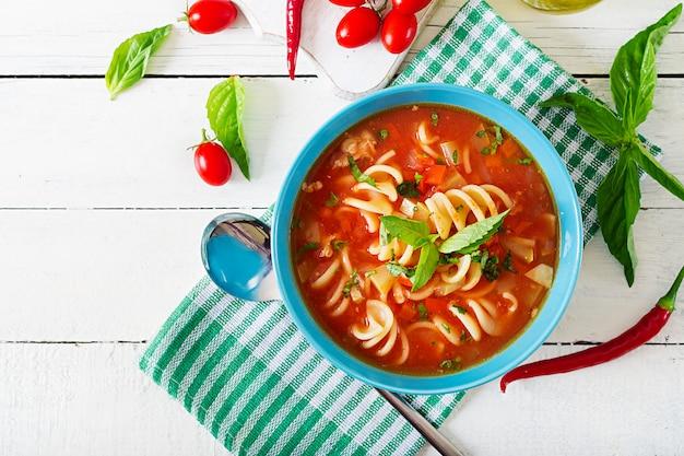 Minestrone, włoska zupa jarzynowa z makaronem. zupa pomidorowa wegańskie jedzenie. widok z góry. leżał płasko.