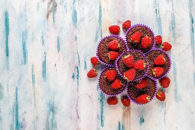 Mini babeczki sufle czekoladowe z malinami.