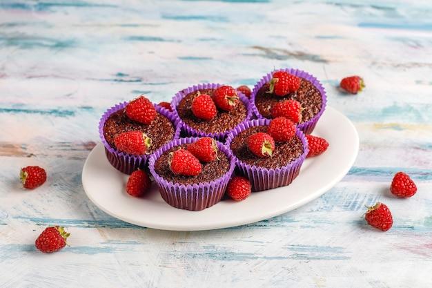 Mini babeczki z sufletem czekoladowym z malinami.