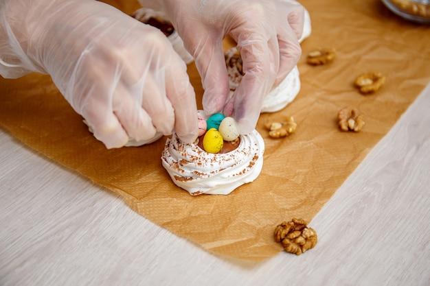 Mini bezowe gniazdo pavlova z jajkami, słodycze wielkanocne, proces gotowania
