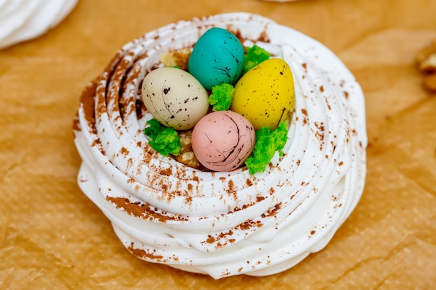 Mini bezowe gniazdo pavlova z jajkami, słodycze wielkanocne