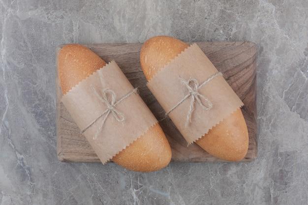Mini biały chleb na desce