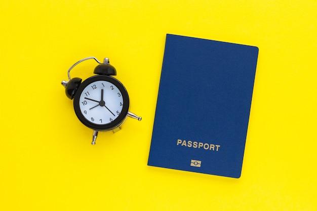 Mini budzik i paszport