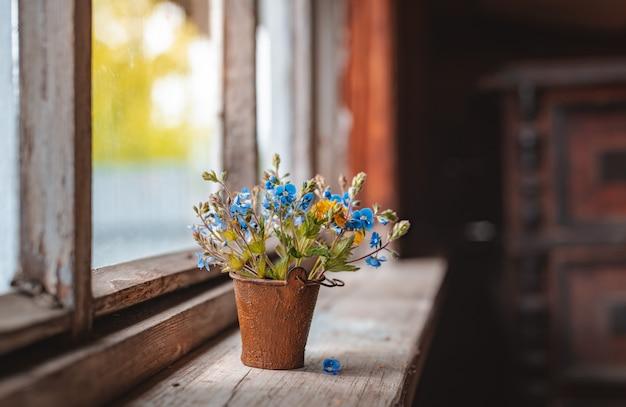 Mini bukiet polnych kwiatów w ozdobnym wiadrze