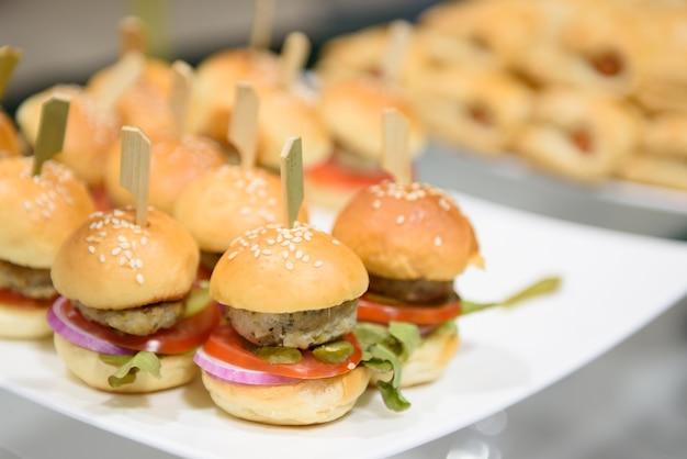 Mini burger z kurczaka umieszczono na talerzu