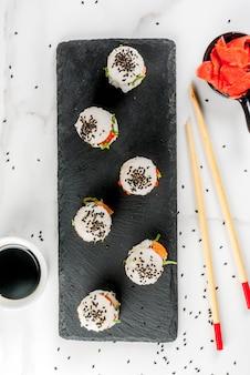 Mini-burgery sushi, kanapki z łososiem, wakashi hayashi, daikon, imbir, kawior czerwony.