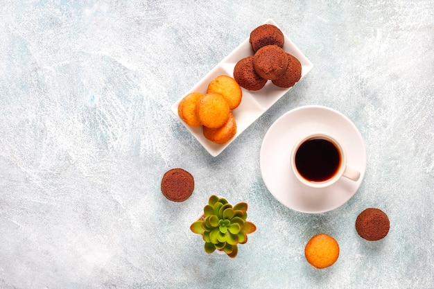 Mini ciastka czekoladowe.