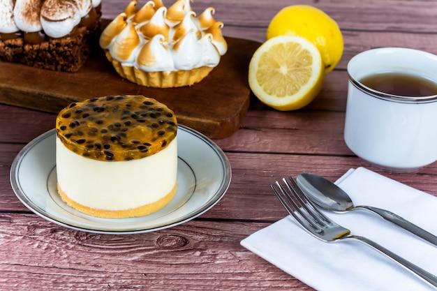 Mini czekolada, ciasto cytrynowe i ciasto z marakui.