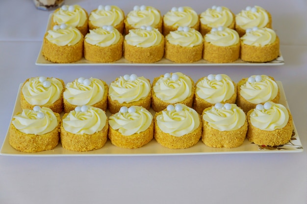 Mini deser na imprezowy stolik w restauracji. słodycze cateringowe.