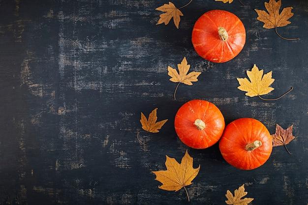 Mini dynie na podłoże drewniane. koncepcja święto dziękczynienia.