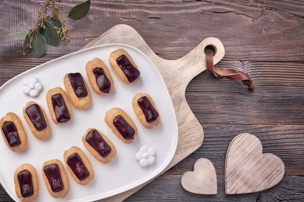 Mini eklery waniliowe z polewą czekoladową, top vie