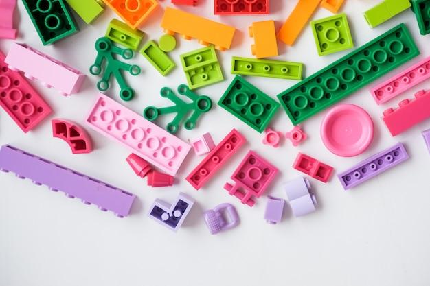 Mini figurka lego. lego to popularna gra. zabawki konstrukcyjne wyprodukowane przez lego group. kolorowe plastikowe klocki na białym tle. plastikowa zabawka dla dzieci