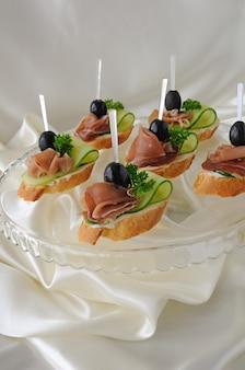 Mini kanapki z szynką i ogórkiem na bagietce