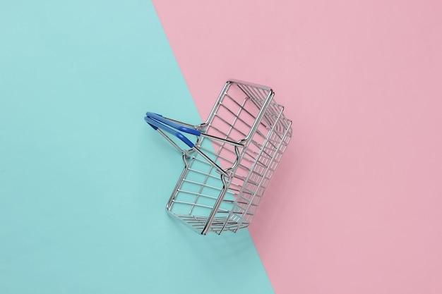 Mini koszyk na różowym niebieskim tle pastelowych widok z góry