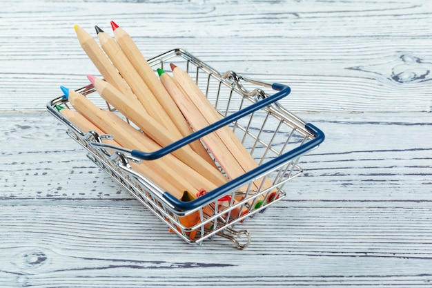 Mini koszyk z wielokolorowymi długopisami i ołówkami