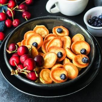 Mini naleśniki płatki śniadaniowe pyszne słodkie ciasto deserowe