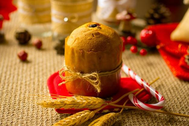 Mini panettone z dekoracją świąteczną