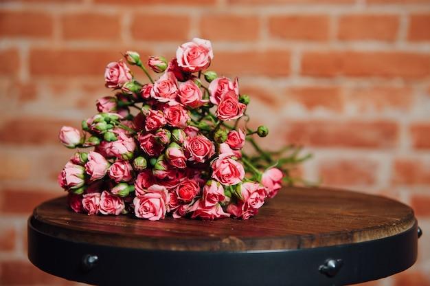 Mini róże na rocznik drewnianej powierzchni