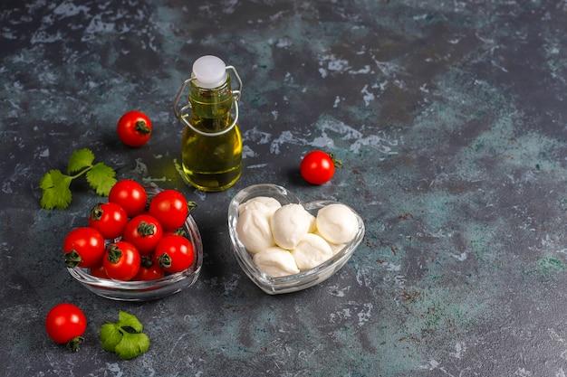 Mini serek mozzarella z pomidorkami koktajlowymi.
