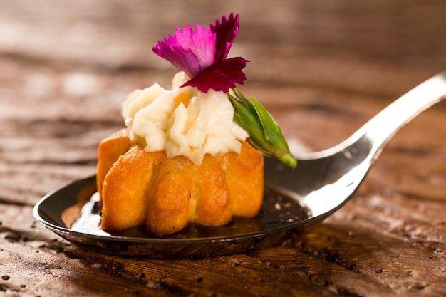 Mini słone churros, w towarzystwie redukcji kawy aromatyzowanej z kombu i nadziewane serem śmietankowym kandyzowaną łyżką. zasmakuj kulinarnych przekąsek