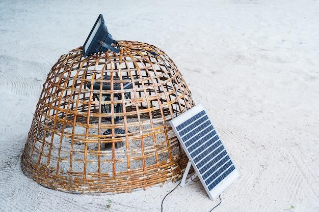 Mini stojak elektryczny ogniwo słoneczne na plaży
