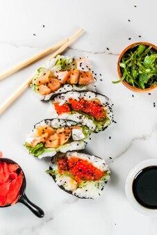 Mini sushi-tacos, kanapki z łososiem, wakashi hayashi, daikon, imbir, kawior czerwony.