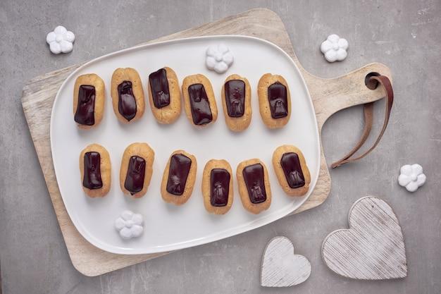 Mini waniliowe eklery z lukrem czekoladowym, widok z góry