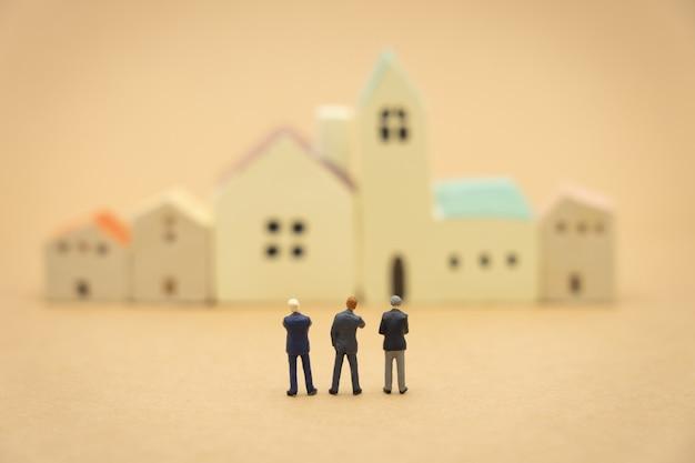 Miniatura 3 osoby biznesmenów stojących plecami negocjacje w biznesie.